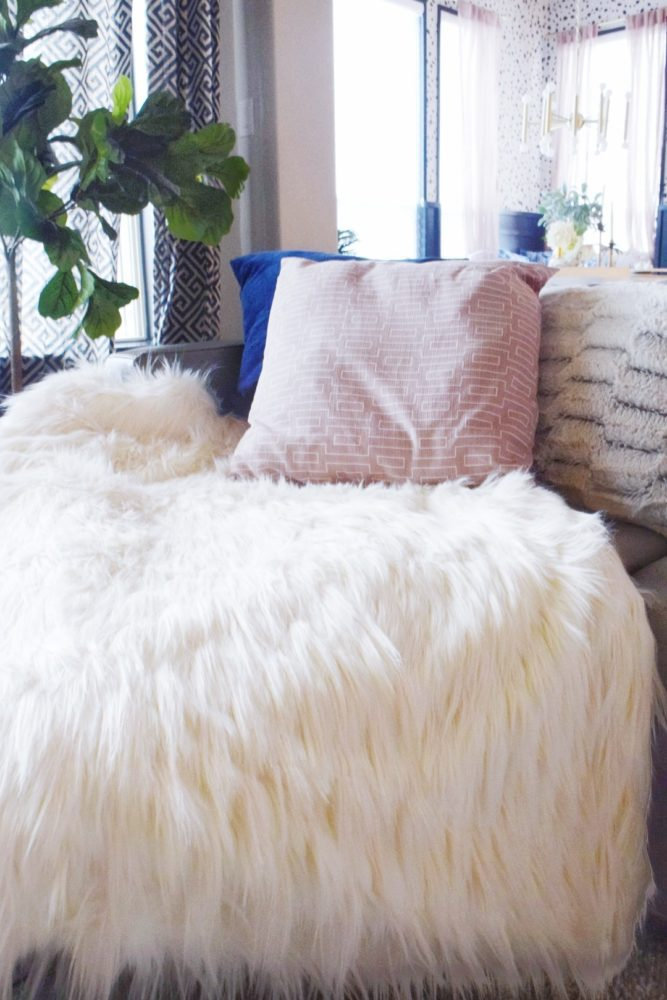 How to make a no sew faux fur throw blanket DIY tutorial
